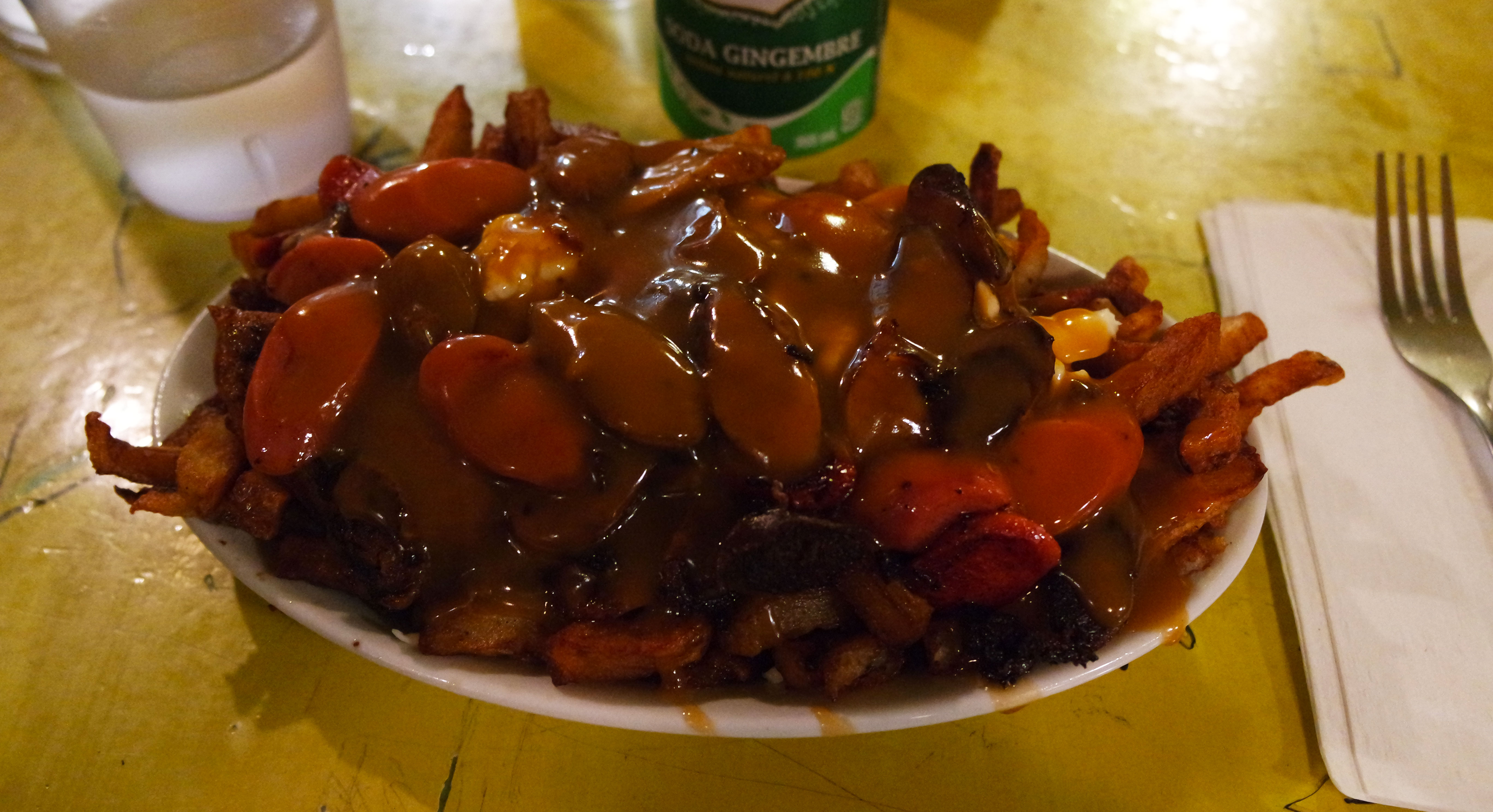 quoi-manger-montreal-city-trip-banquise-poutine-saucisse